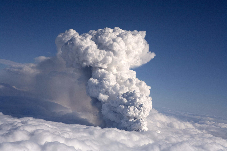 Le  volcan en éruption dans le sud de l'Islande continue  à cracher des colonnes gigantesques de fumées, le vent dispersant les cendres, le 15 avril 2010.