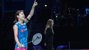 La japonesa Nozomi Okuhara festeja su victoria sobre la española Carolina Marín en la final del Abierto de Dinamarca de bádminton en Odense, el 18 de octubre de 2020