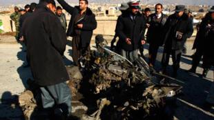 Des policiers afghans sur les lieux de l'attentat perpétré contre un convoi militaire français à Kaboul, dimanche 1er février 2009.