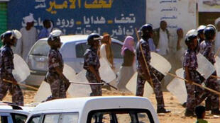 Wasu jami'an tsaron Sudan, yayin kokarin tarwatsa masu zanga-zanga da ke neman shugaban kasar Omar al-Bashir ya yi murabus.