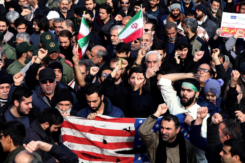 Des manifestants à Téhéran réagissent aux frappes américaines, ayant tué le Général Soleimani, en Irak ce 3 janvier 2020.