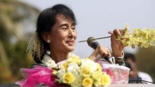 L'opposante birmane Aung San Suu Kyi, dans le village de Yae Phyu, le 29 janvier 2012.