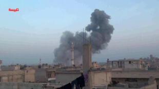 Image prise sur une vidéo diffusée sur YouTube montrant la petite ville de Talbiseh, près de la ville syrienne de Homs sous les frappes aériennes.