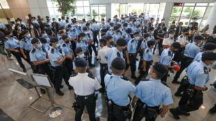 6月17日,香港警方搜查《苹果日报》行动资料图片