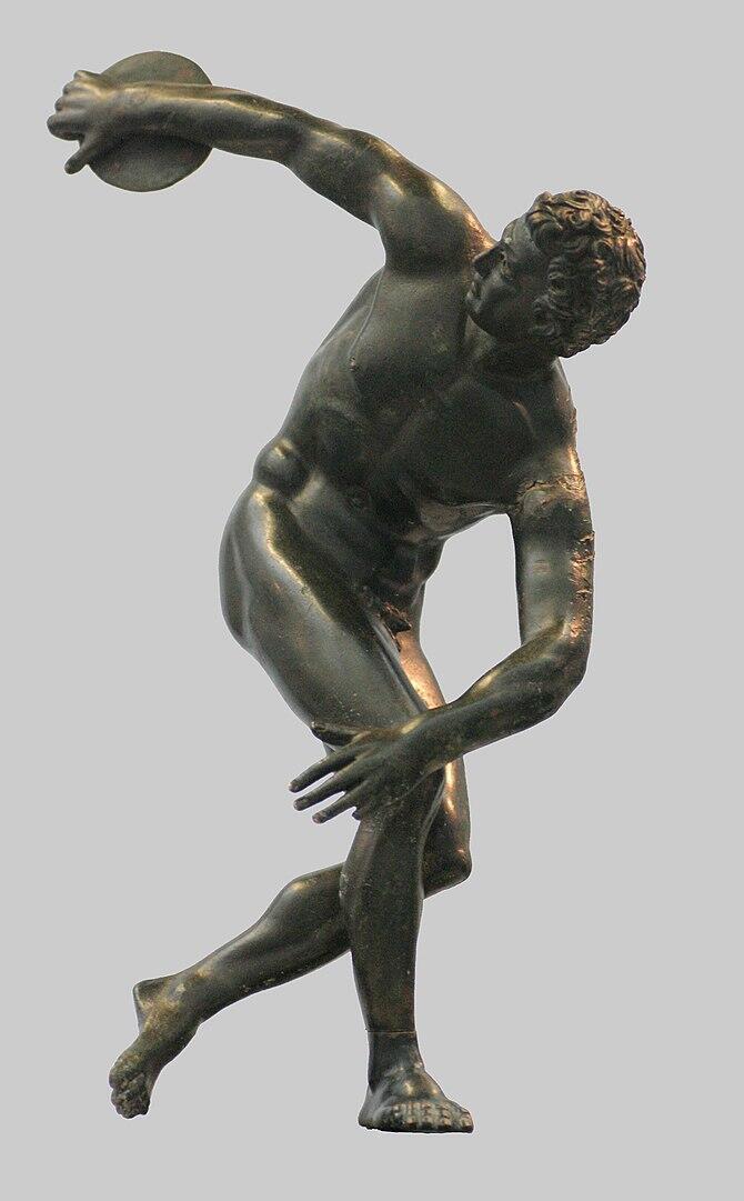 """Estatua romana en bronce representando a un atleta lanzando el disco, inspirado del \\\""""Discóbolo de Mirón\\\"""", siglo II después de J.C."""