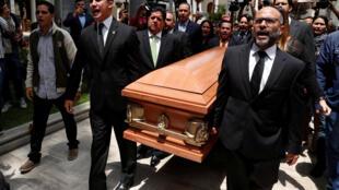 卡爾卡斯國民議會門前,法律界人士擡着阿爾班的棺材