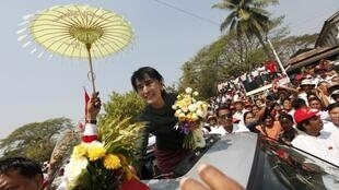 Aung San Suu Kyi entourée de ses partisans de la Ligue nationale pour la démocratie dans le canton de Hlegu, le 15 février 2012.