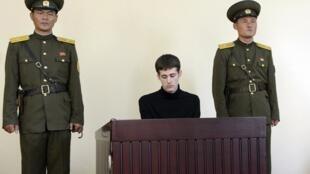 O americano Matthew Miller (centro) estava preso desde abril na Coreia do Norte, condenado por espionagem.