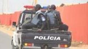 Viatura da Polícia com forças policiais em Angola