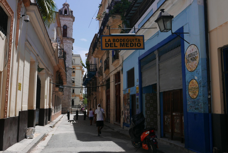 « De nombreux commerces du secteur privé cubain sont maintenus par la diaspora, qui envoie aussi sur l'île de nombreux vêtements à l'effigie du drapeau américain.