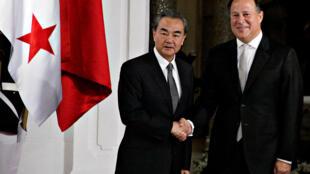 中国外长王毅与巴拿马总统瓦雷拉在巴拿马总统府 2017年9月16日
