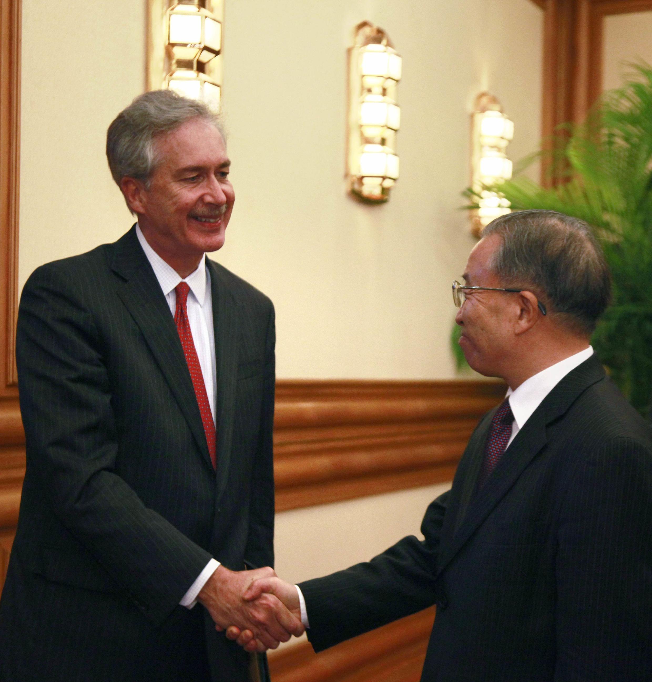 Thứ trưởng Ngoại giao Mỹ William Burn (trái) gặp Ủy viên Quốc vụ Trung Quốc Đới Bỉnh Quốc, Bắc Kinh, 28/10/2011