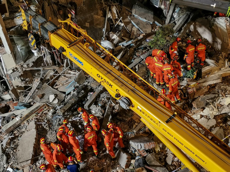 2021 年 7 月 12 日,中国东部苏州市一家酒店倒塌后,救援人员正在寻找幸存者