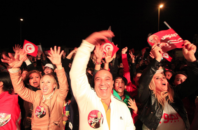 Apoiadores da candidatura de Nidaa Tounes gritam slogans em Tunis.
