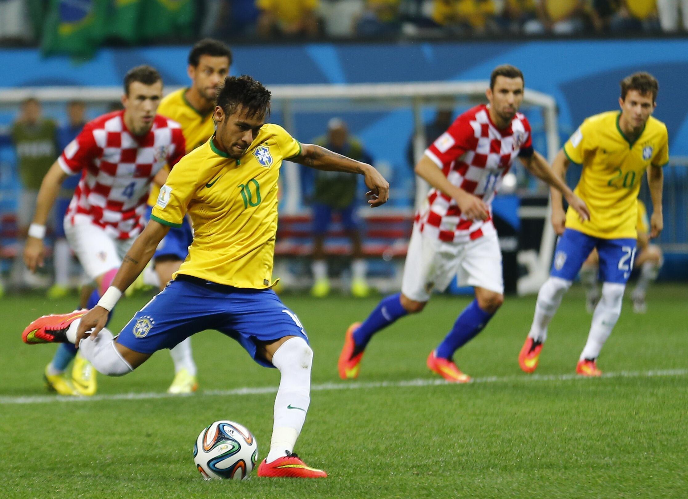 Neymar, số 10 đội tuyển Brazil, ghi hai bàn trong trận gặp Croiatia, khai mạc Cúp bóng đá thế giới 2014 tại sân vận động Sao Paulo, 12/06/2014