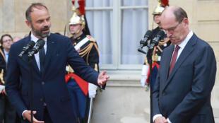 Passagem de testemunho entre Edouard Philippe e o seu sucessor Jean Castex na chefia do governo francês, em Paris neste 3 de Julho à tarde.