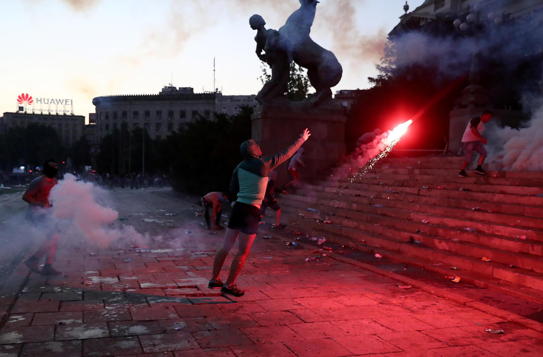 Los manifestantes se enfrentan a los agentes de policía durante una manifestación antigubernamental, en medio de la propagación de la enfermedad del coronavirus (COVID-19), frente al edificio del parlamento en Belgrado, Serbia, el 8 de julio de 2020. REUTERS/Marko Djurica
