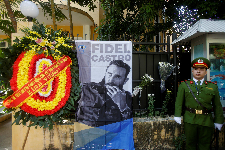 Vòng hoa tưởng niệm Fidel Castro tại sứ quán Cuba ở Hà Nội, ngày 28/11/2016.