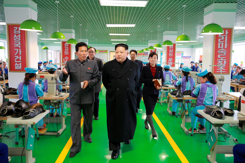 Lãnh đạo Bắc Triều Tiên, Kim Jong Un thăm hãng đóng giày Wonsan. Ảnh do hãng thông tấn KCNA cung cấp ngày 09/12/2016.