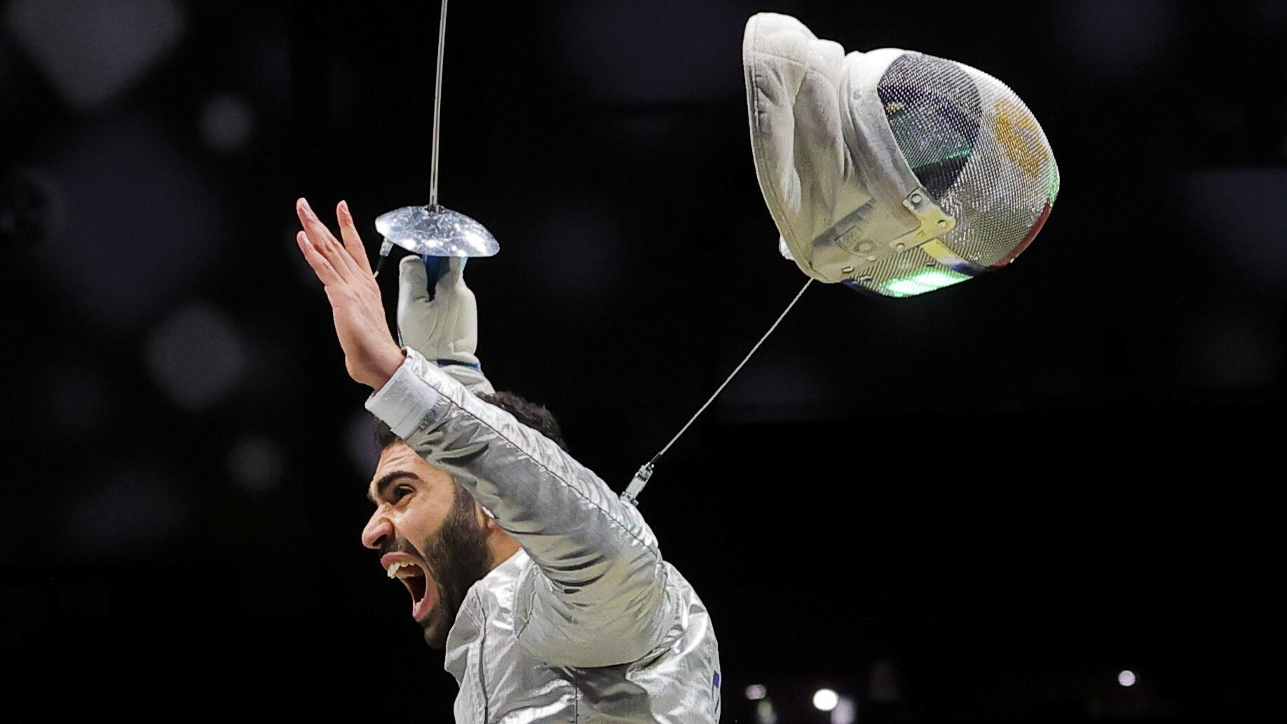L'escrimeur égyptien Ziad Elsissy célèbre la cinquième place de son équipe aux Jeux olympiques de Tokyo, le 28 juillet 2021.