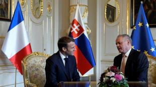 Tổng thống Pháp Emmanuel Macron (T) và đồng nhiệm Slovakia, Andrej Kiska, tại Bratislava, ngày 26/10/2018.