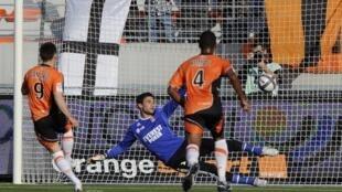 Kevin Gameiro (9) a ouvert la marque pour Lorient sur pénalty dès la 8e mn.