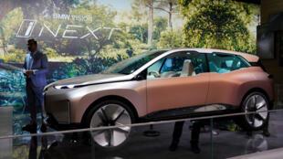 Un homme se tient à côté d'une Vision BMW iNEXT présentée lors de la journée des médias pour le Salon de l'auto de Shanghai, en Chine, le 17 avril 2019.