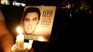 Varias personas conmemoran los 40 años de la muerte del músico Elvis Presley frente a su antiguo hogar en Graceland, el 15 de agosto de 2017.
