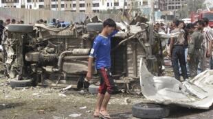 Un des trois lieux frappés par des attentats à la voiture piégée, près de l'Ambassade iranienne à Bagdad, le 4 avril 2010.