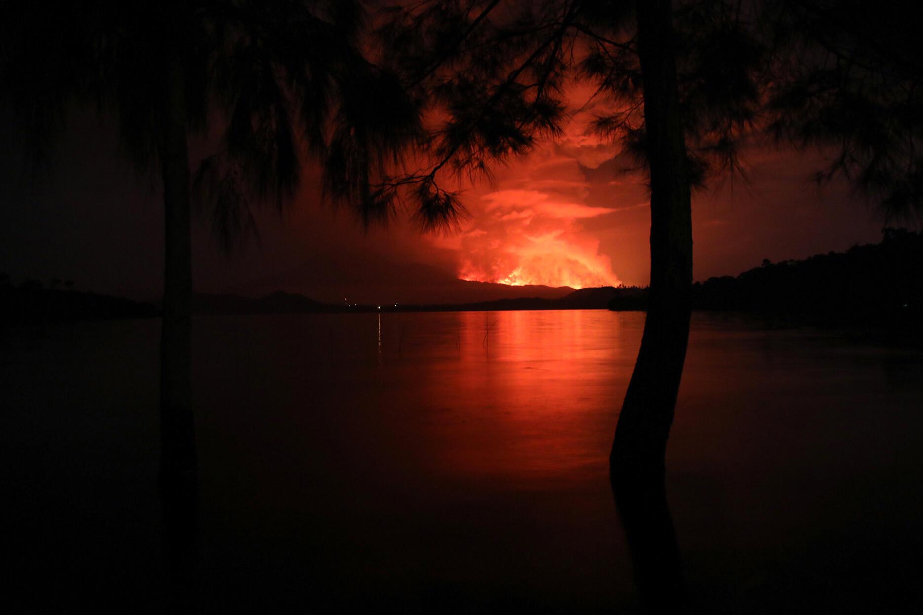 Le volcan Nyiragongo en éruption vu depuis le lac Kivu.