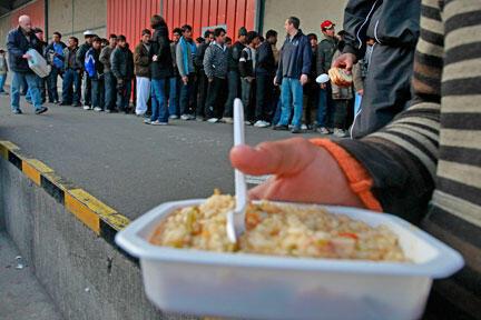 Các tổ chức thiện nguyện phân phát thức ăn cho người nhập cư muốn tìm đường sang Anh Quốc, nhưng bị kẹt tại thành phố Calais (Reuters )