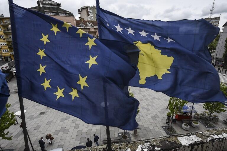 Les drapeaux de l'UE et du Kosovo sur la place principale de Pristina, la capitale, le 4 mai 2016.