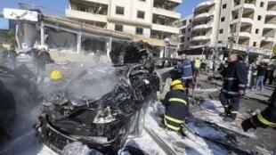 Bombeiros trabalham na retirada das vítimas do local do duplo atentado suicida no sul de Beirute, no Líbano.