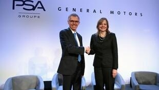 O presidente-executivo do grupo PSA, Carlos Tavares, e Mary Barra, da General Motors
