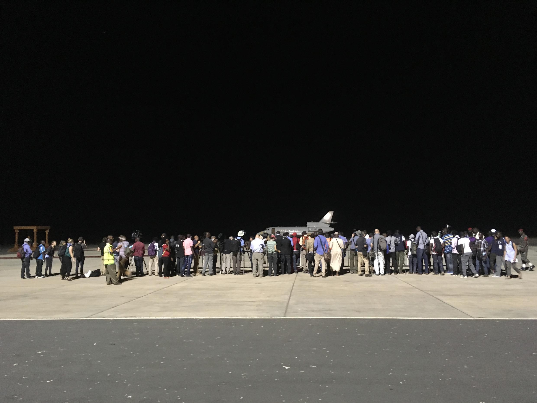 Les dernières minutes de Yahya Jammeh à l'aéroport de Banjul. Une photo prise de loin car les photographes sont repoussés par les forces de l'ordre.