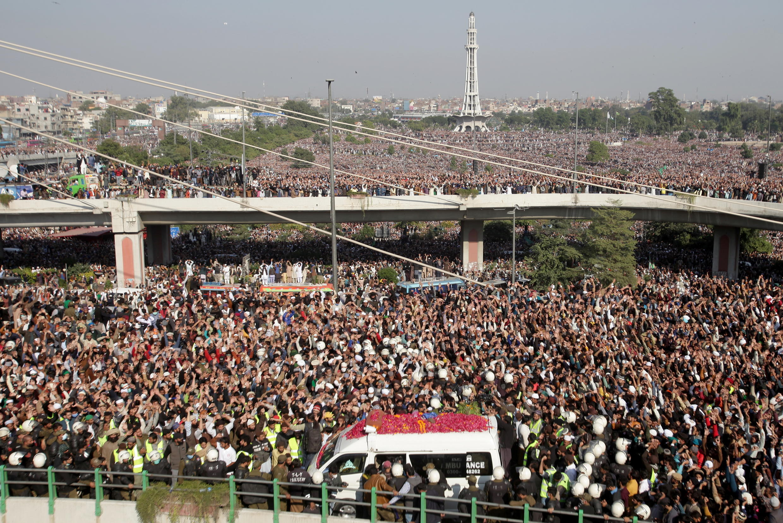 На похороны лидера радикальной исламистcкой группировки «Техрик-и-Лаббайк Пакистан» Хадима Хуссейна Ризви собралась многотысячная толпа.