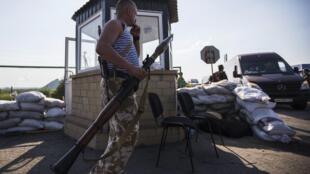 Separatista pró-russo com um lança-granadas em um posto abandonado da fronteira com a Rússia em Chervonopartyzansk.