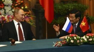 Chủ tịch nước Việt Nam Trương Tấn Sang (P) trao đổi với Tổng thống Nga Vladimir Putin, Phủ Chủ tịch, Hà Nội, 12/11/2013
