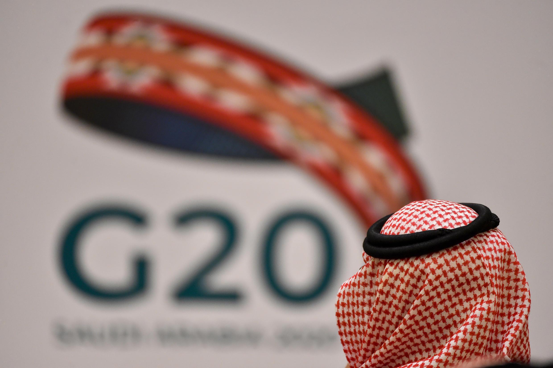Un asistente a una reunión de ministros de Finanzas y gobernadores de bancos centrales de los países del G20 celebrada el 23 de febrero de 2020 en Riad, la capital de Arabia Saudí
