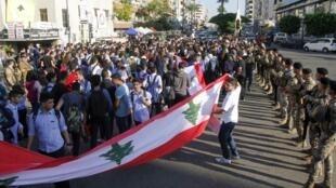 معترضین لبنانی روز سهشنبه ۵ نوامبر / ۱۴آبان هم دست به تظاهرات زدند. آنان در بیستمین روز متوالی از اعتراضات و در دومین روز اعتصاب عمومی خود با ایجاد مانع بیشتر شاهراه ها و جادههای اصلی کشور را بستند.