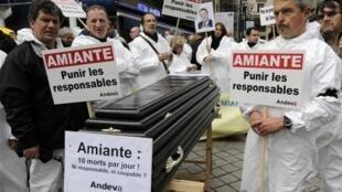 Hiến binh Pháp (thuộc Andeva - hiệp hội nạn nhân amiăng) biểu tình để lên án các thủ phạm trước tòa án, trong một vụ kiện amiăng năm 2013.