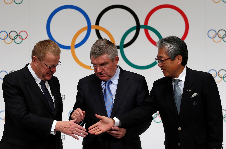 Rais wa  IOC Thomas Bach (K) akiwa na naibu wake  John Coates (KL) na rais wa Kamati ya Olimpiki ya Japan  Tsunekazu Takeda
