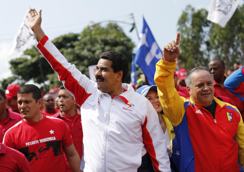 O vice-presidente Nicolás Maduro (centro) e o presidente da Assembleia Nacional da Venezuela, Diosdado Cabello(à dir.), em Caracas.