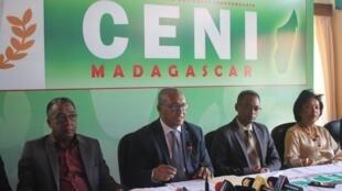 Après 15 jours de polémique, le président de la Céni Hery Rakotomanana (au centre) a annoncé la démission du vice-président de l'institution, à Antananarivo, le 12 mars 2020.