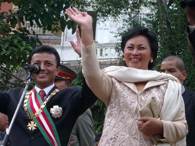 Lalao Ravalomanana (D) avec son mari (G) le 6 mai 2002.
