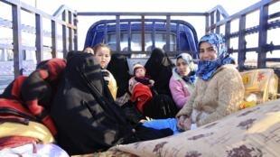 Mulheres e crianças deixam Ramadi e Fallujah (10/01/2014).