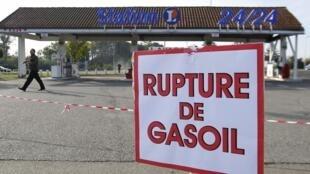 Muitas bombas de gasolina francesas ficaram sem combustível.