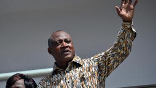 Le leader de l'Alliance nationale pour le changement, Jean-Pierre Fabre, s'adresse à ses partisans lors d'une manifestation de soutien à Lomé, en avril 2015.