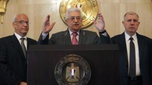 Le président de l'Autorité palestinienne, Mahmoud  Abbas (au centre), lors d'une conférence de presse au Caire le 24 janvier 2011.
