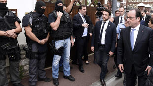Rais wa Ufaransa Francois Hollande akitembelea kanisa lililovamiwa na magaidi hao